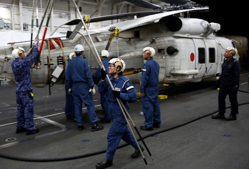 管理直升机在甲板着陆事宜的 31岁女军官Akiko Ihara表示:世界各地的女性都在更广泛的领域工作,我认为日本也要紧跟步伐。加贺号直升机母舰上的女性比例约为9%。