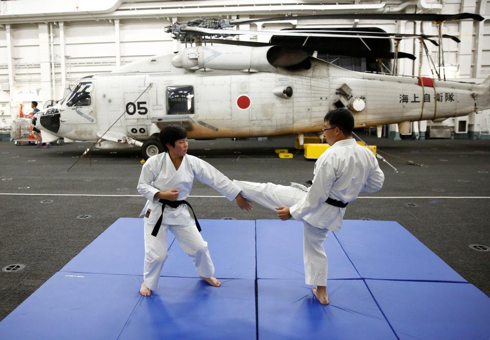 """日本""""加贺""""号直升机母舰上的女兵在练习空手道"""