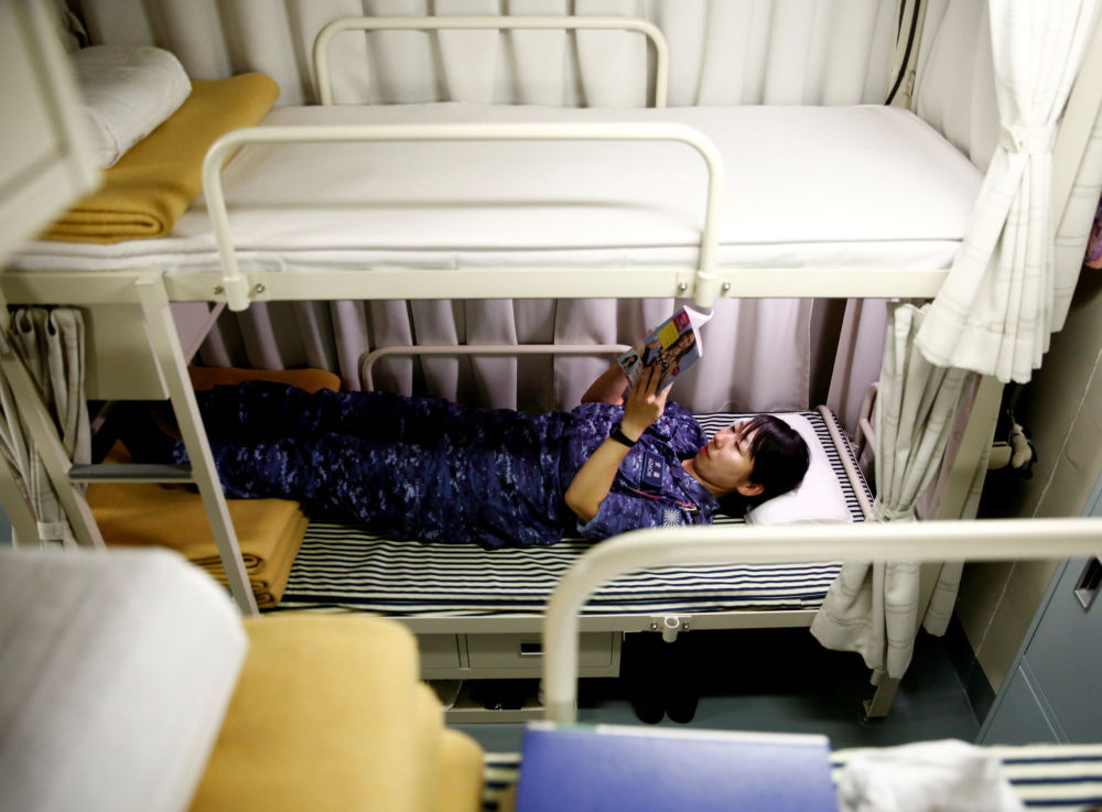 """日本""""加贺""""号直升机母舰上的女兵在休息"""