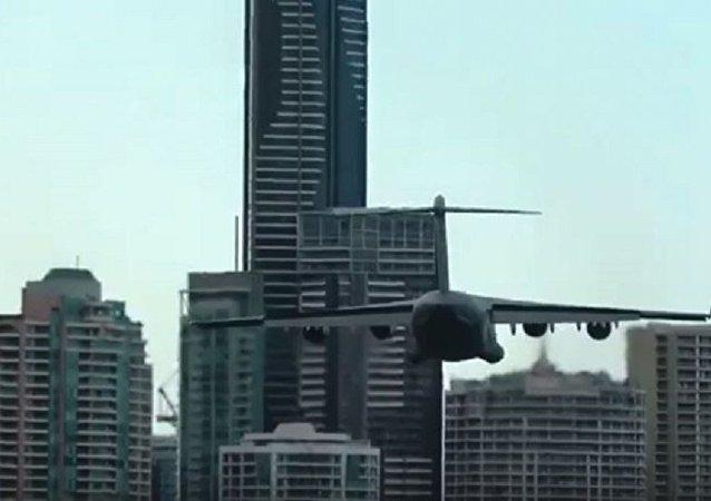 一架軍用飛機從窗前飛過嚇壞了澳大利亞人