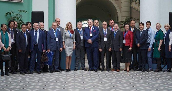 俄中兩國師範大學交流數字化教育經驗