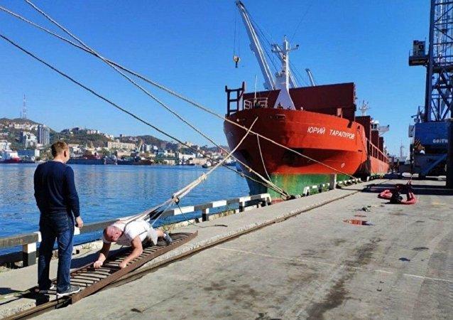 俄罗斯滨海边疆区大力士拖动1.1万吨轮船