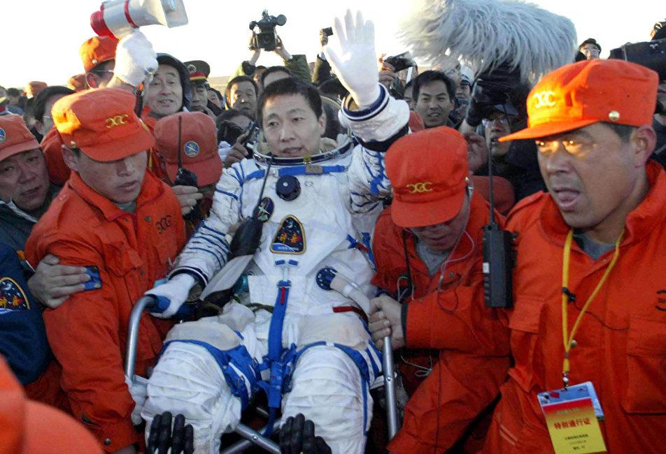 : 2003年10月15日,中国成为第三个独立载人航天国家,38岁的杨利伟上校成为中国首位进入太空的宇航员。他用了21小时23分钟成功绕飞地球14圈,而世界首位航天员尤里·加加林绕飞地球耗时108分钟。