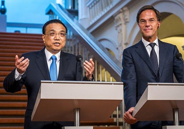 中国国务院总理李克强在海牙首相府同荷兰首相吕特举行会谈