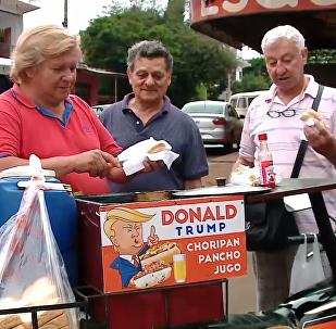 """特朗普""""孪生兄弟""""在巴拉圭卖热狗"""