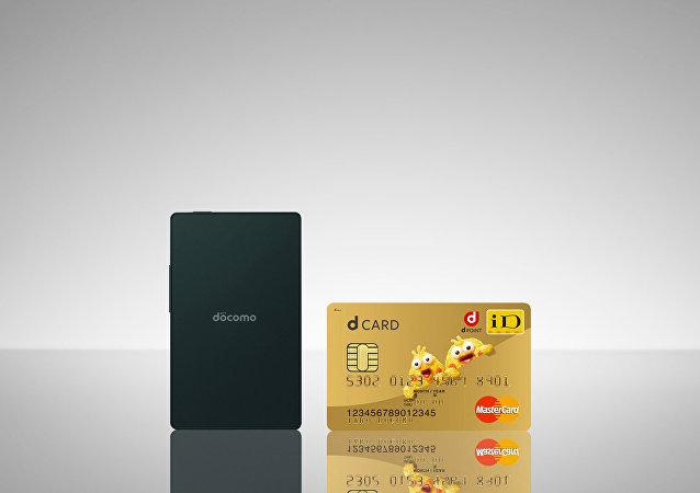 日本推出能裝進名片夾的「世界上最薄手機」