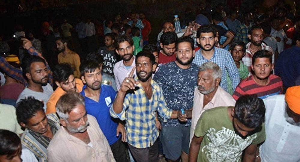 印度列车撞向人群至少造成50人死亡