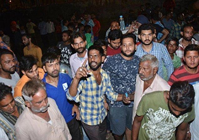 印度列車撞向人群至少造成50人死亡