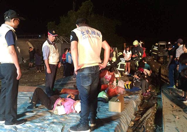 台湾铁路列车脱轨事故遇难者人数升至17人