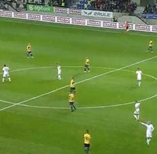 一名足球運動員從自己的半場踢進對方球門一球