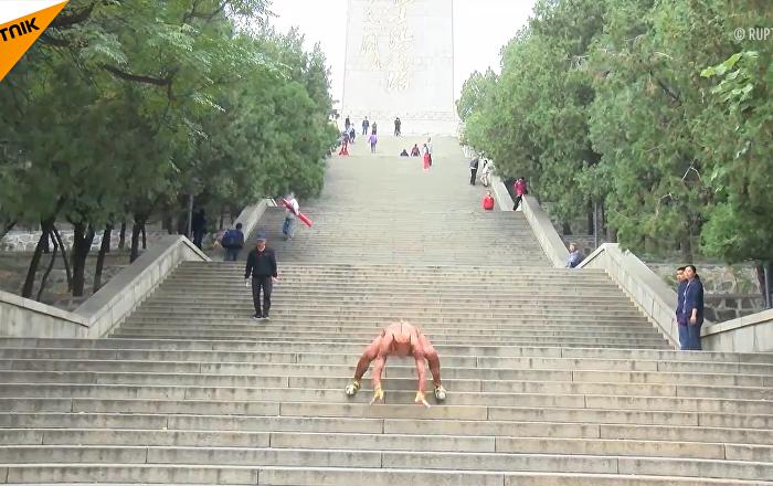 """济南68岁老人每天坚持""""豹式健身"""""""