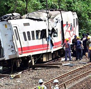 台湾铁路列车发生严重出轨事故 初判原因是车速过快