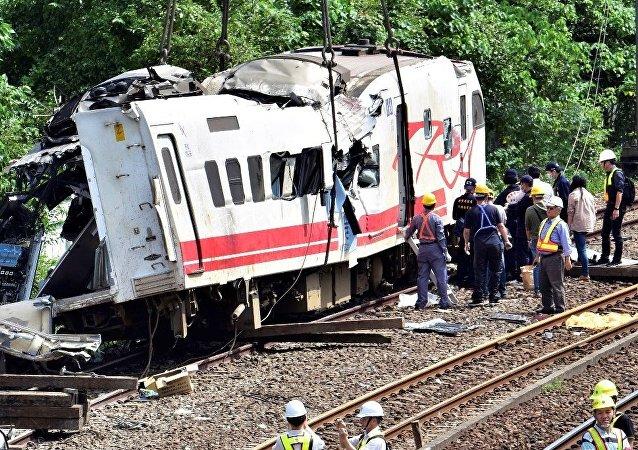 台灣鐵路列車發生嚴重出軌事故 初判原因是車速過快