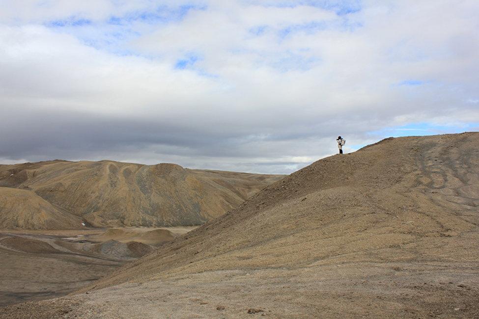 在所有時間內(10多年),機器人都前往火星,但他們能夠鑽探的土壤深度只有幾十釐米,而且他們所走過的距離也不遠。這對開發火星無足輕重。人類在這方面更為包羅萬象。