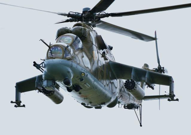 """参加在切巴尔库尔训练场上空举行的""""和平使命-2018""""上合组织成员国武装力量联合反恐军事演习的米-24直升机"""