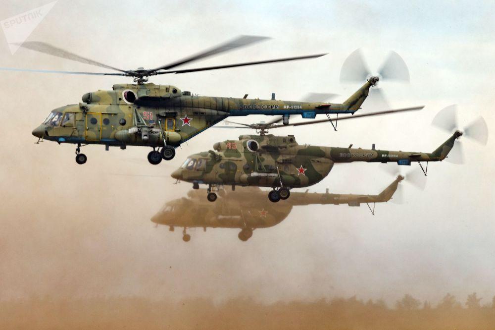 後貝加爾邊疆區「楚戈爾」訓練場上空的米-8直升機