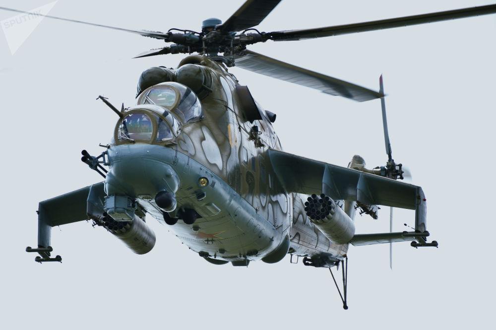 參加在切巴爾庫爾訓練場上空舉行的「和平使命-2018」上合組織成員國武裝力量聯合反恐軍事演習的米-24直升機
