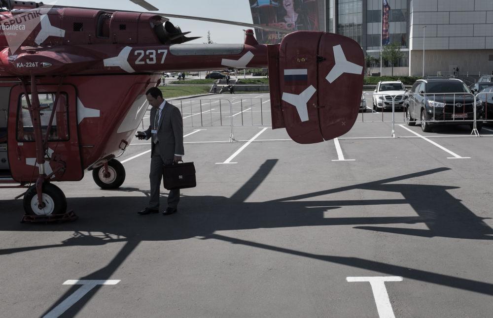 第八屆莫斯科國際直升機展覽會(HeliRussia-2015)上一名遊客正在參觀卡-226T直升機
