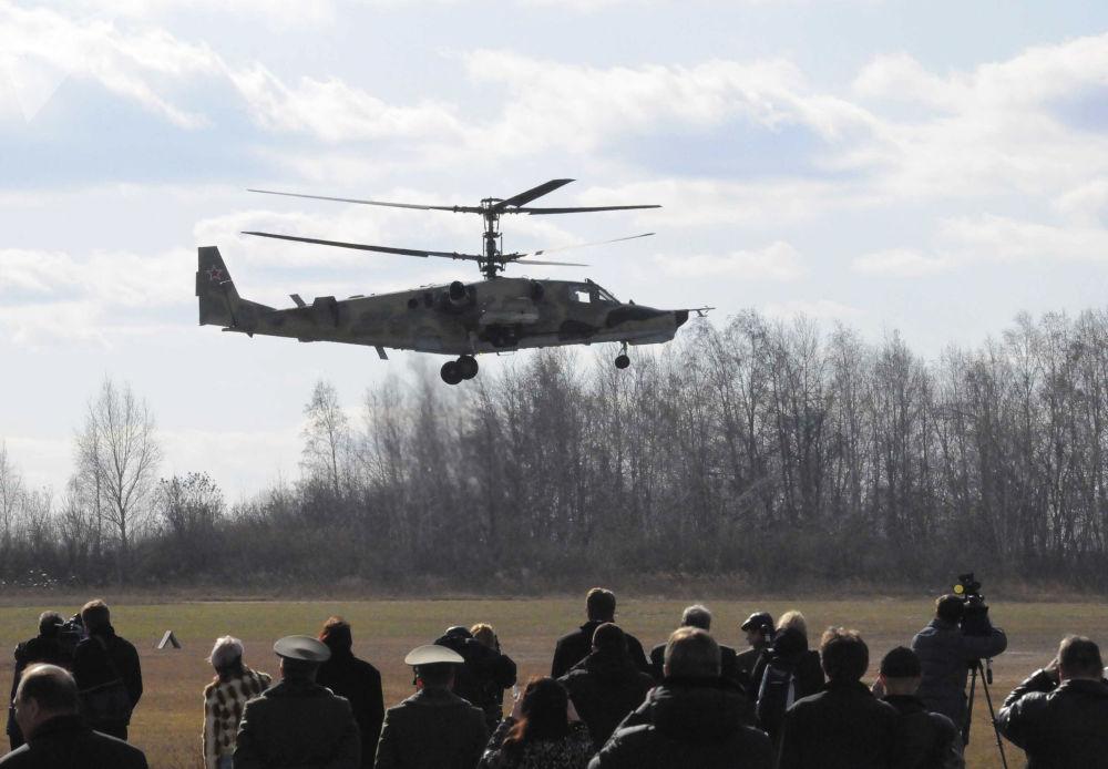 卡-50「黑鯊」武裝直升機在阿爾謝尼耶夫市「進步」飛機製造廠飛行場地上進行示範飛行