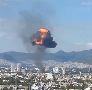著火的墨西哥酒精廠上空的火球
