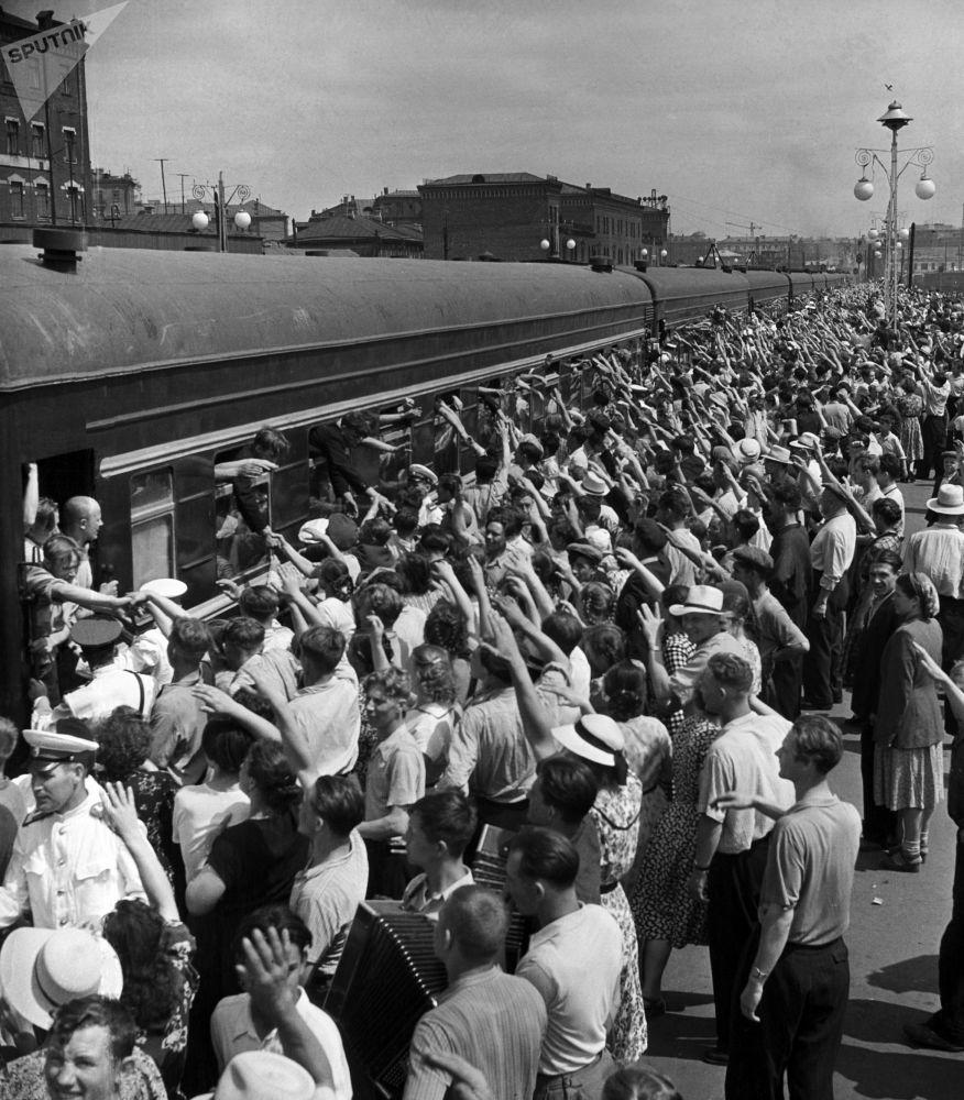 共青團志願者乘火車奔赴諾里爾斯克搞建設