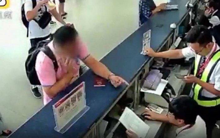 中国一名暴怒的用电话打机场工作人员的脸