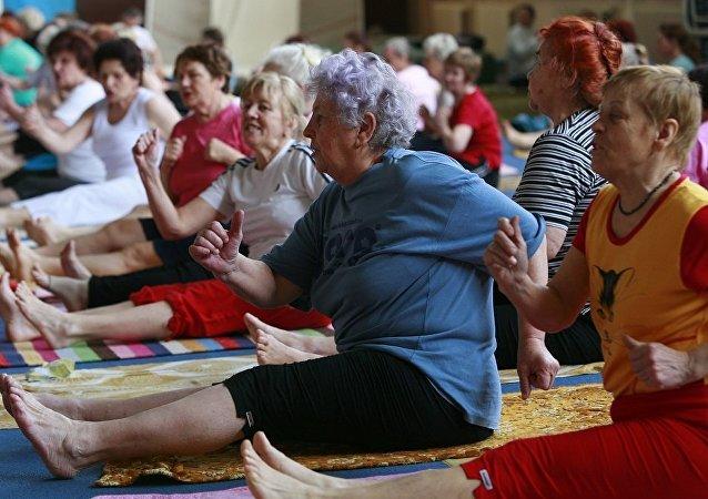 上年紀的婦女在健身房練訶陀瑜伽