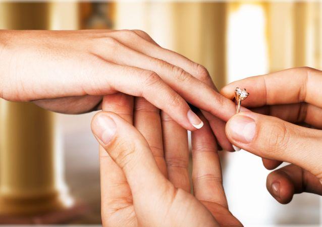 新娘用别人指上的戒指来夸耀