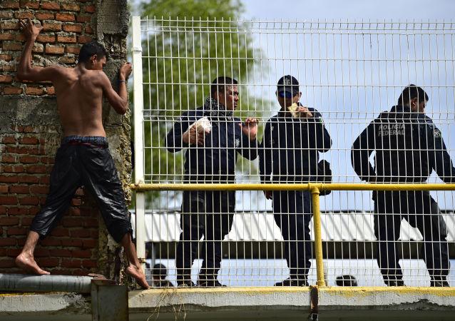 Мигрант из Гондураса, направляющийся в США, готовится прыгнуть в реку с пограничного моста между Гватемалой и Мексикой