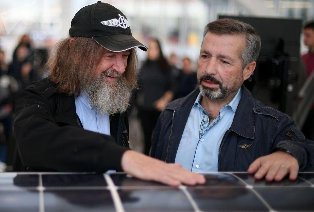 旅行家费奥多尔∙科纽霍夫(左)和环球航行组织者米哈伊·利夫西捷