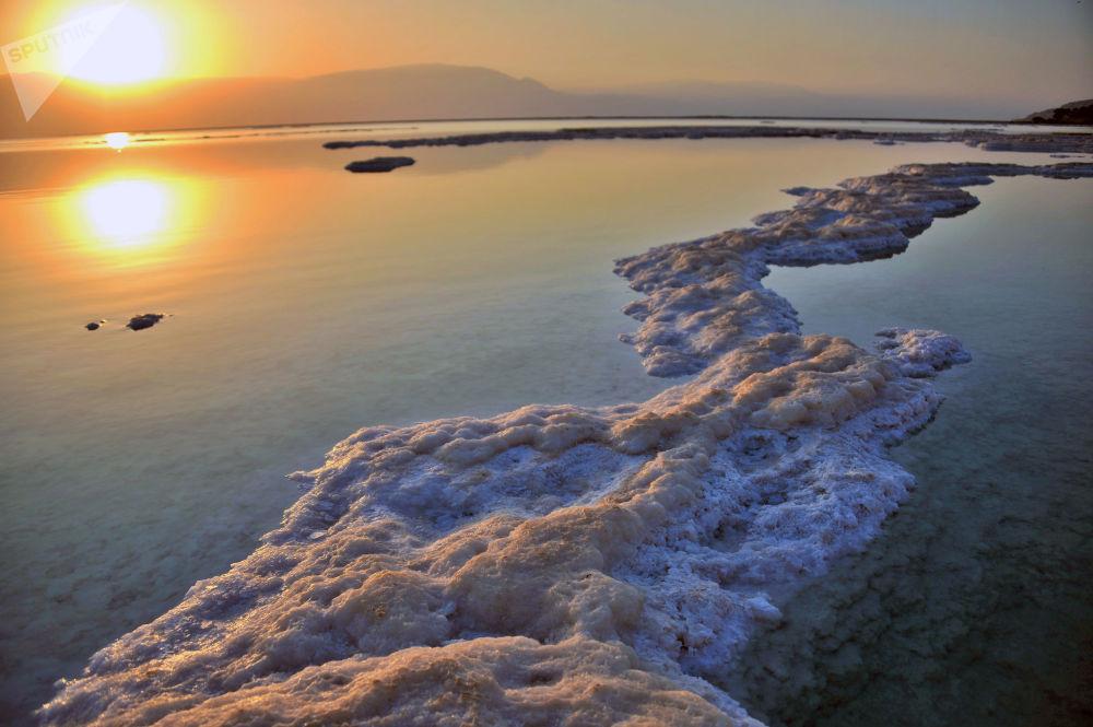 以色列沿岸一側的死海