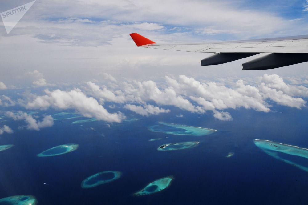 飛機飛越馬爾代夫