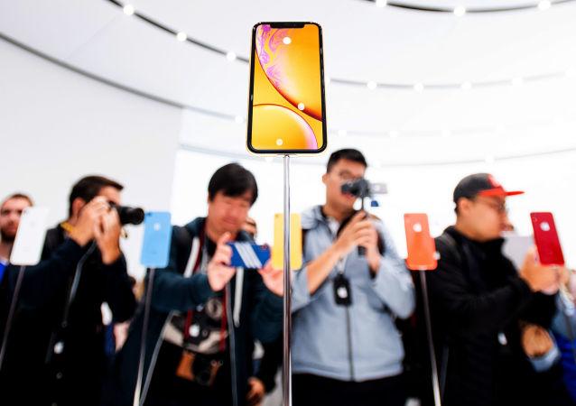 Посетители презентации новых смартфонов iPhone Xr в американском городе Купертино