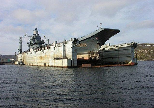 """俄""""库兹涅佐夫""""号航母船体在浮船坞事故后出现52处损坏"""