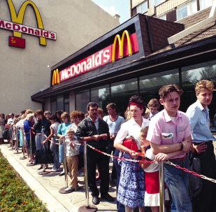 莫斯科麥當勞餐廳前排起的長隊,1990年