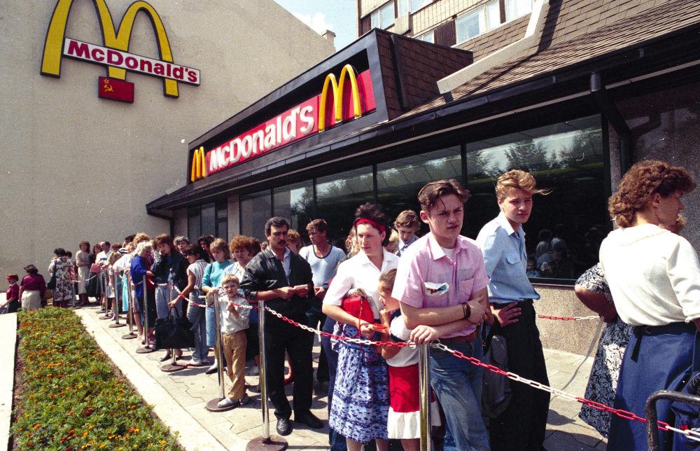 莫斯科麦当劳餐厅前排起的长队,1990年