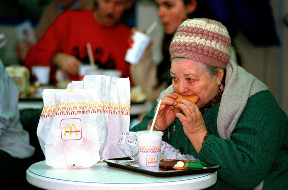 莫斯科首家麦当劳餐厅的顾客,1990年