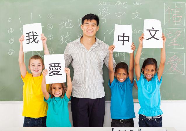俄罗斯三岁男孩会说汉语等五门语言