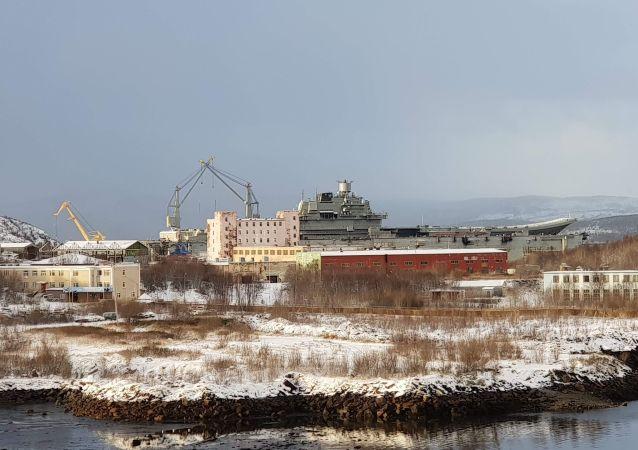 """俄国防部:""""库兹涅佐夫""""号航母轻伤"""
