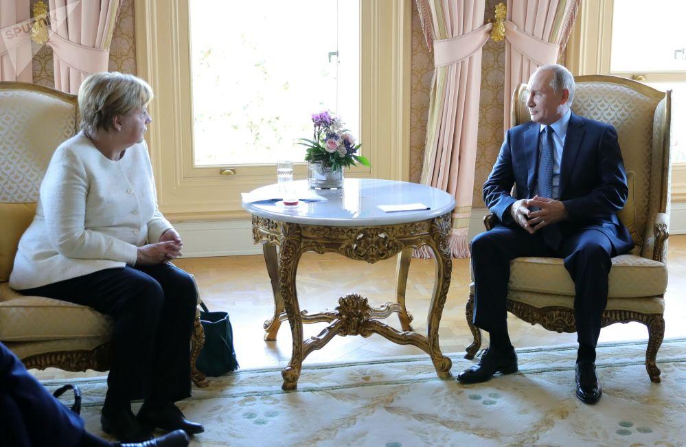 俄羅斯總統弗拉基米爾·普京與德國總理安格拉·默克爾舉行會晤