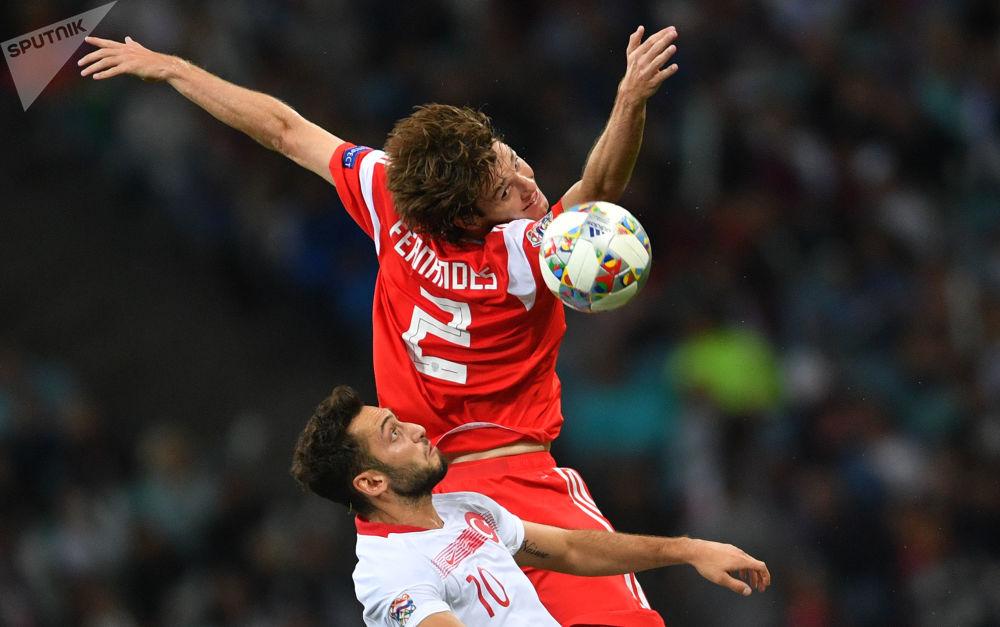 土耳其足球運動員哈坎·恰爾汗奧盧與俄羅斯球員馬里奧·弗爾南德斯