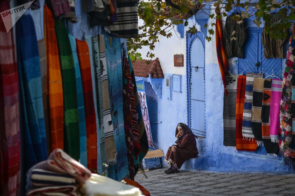 女子坐在自家台階上,摩洛哥捨夫沙萬市