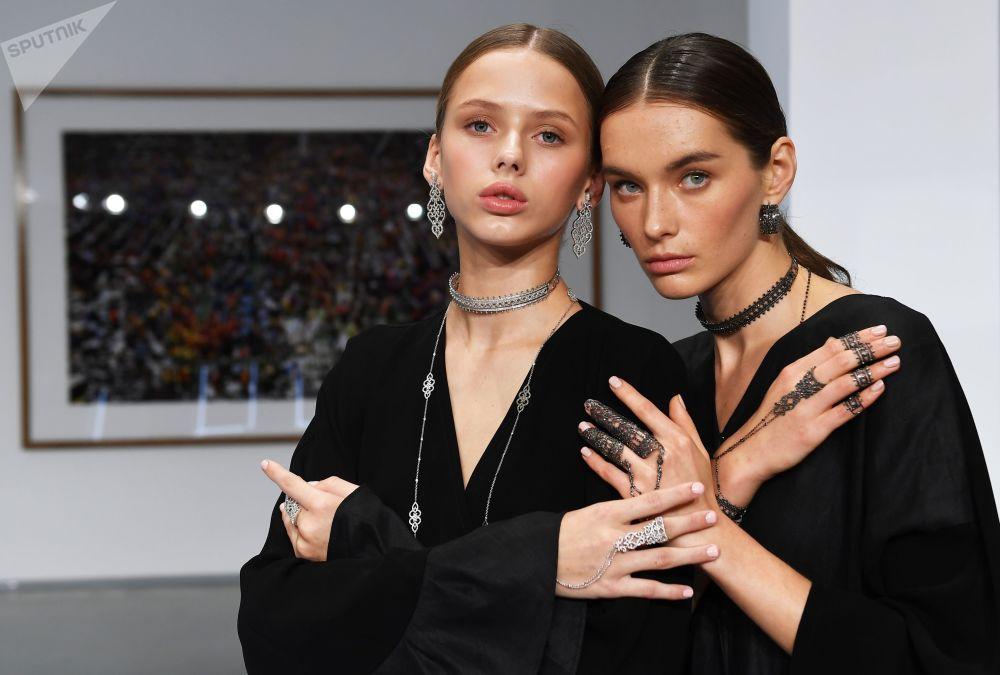 模特展示Noudar品牌珠寶。