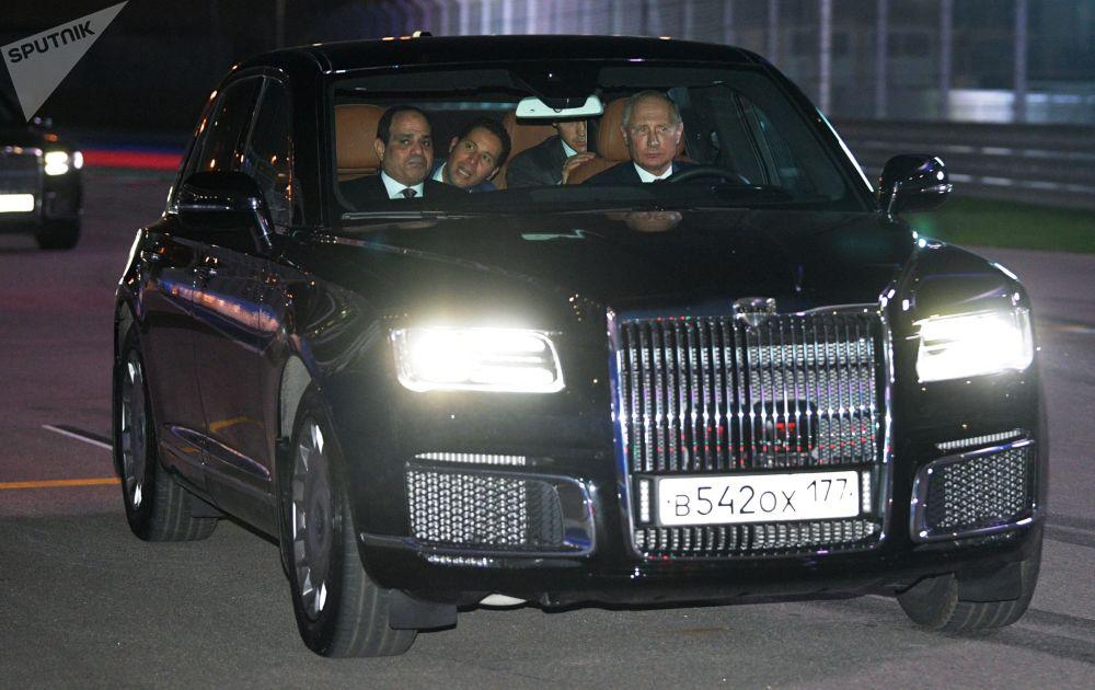 俄羅斯總統弗拉基米爾·普京與埃及總統阿卜杜勒-法塔赫·塞西乘坐Aurus加長轎車。