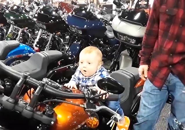小骑手喜欢马达的轰鸣声