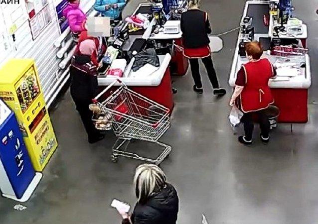 一位女士就在商店的收款台前分娩