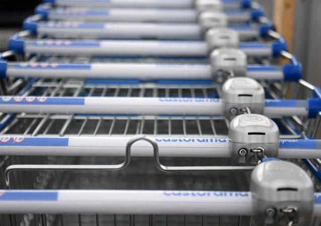 一位退休人士靠超市的購物車每月「賺」600歐元