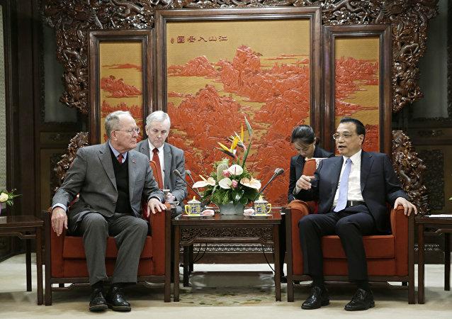 美國參議員拉馬爾∙亞歷山大在北京與中國國務院總理李克強會面時