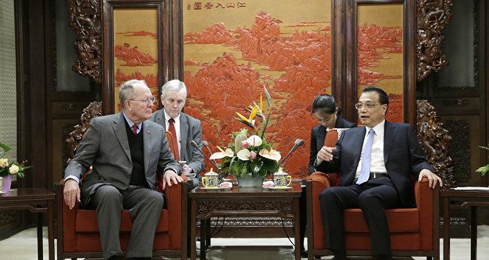 中国国务院总理李克强11月1日在北京会见美国联邦参议员亚历山大率领的美国参、众两院访华代表团
