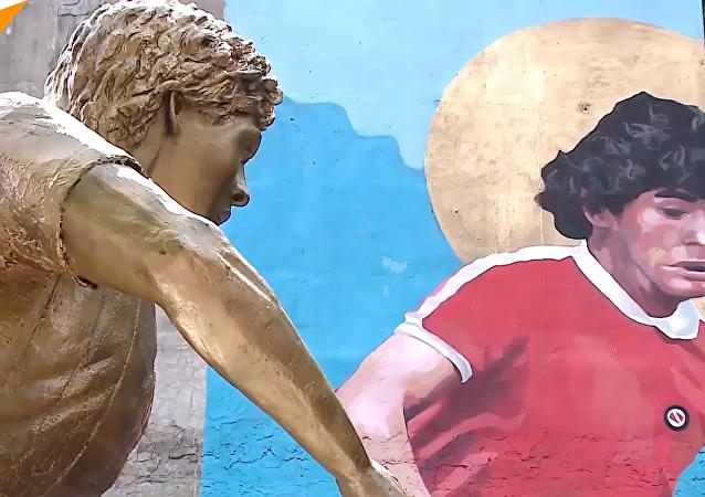 阿根廷为马拉多纳竖雕像作壁画庆生